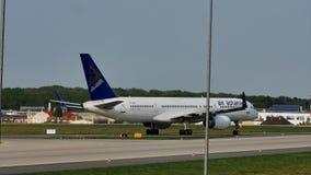 Air Astana-vliegtuig die op baan, Frankfurt, FRA taxi?en stock footage