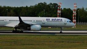 Air Astana-vliegtuig op baan in de Luchthaven van Frankfurt, FRA stock footage