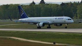 Air Astana-vliegtuigvliegtuig die in de Luchthaven van Frankfurt, FRA landen stock footage