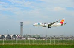 Air Austral hyvlar landning till landningsbanor på den internationella flygplatsen för suvarnabhumien i Bangkok, Thailand royaltyfria bilder