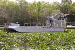 Air-bateau dans le marais Image libre de droits