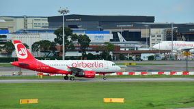 Air Berlin Airbus A320 roulant au sol à l'aéroport de Changi Photographie stock libre de droits