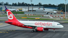 Air Berlin Airbus A320 roulant au sol à l'aéroport de Changi Photo stock