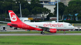 Air Berlin Airbus A320 roulant au sol à l'aéroport de Changi Images stock