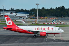 Air Berlin Airbus A320 roulant au sol à l'aéroport de Changi Images libres de droits