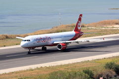Air Berlin Airbus A320 sur la piste Photographie stock