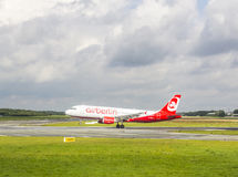 Air Berlin Boeing 737 sur la piste Photos stock