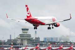 Air Berlin D-ABHJ - Airbus A320-214, der Tegel Airpot sich nähert stockfotografie