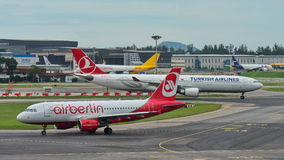 Air Berlin A320 e Turkish Airlines A330 que taxiing no aeroporto de Changi Fotos de Stock