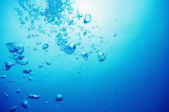 Air bubbles in fresh blue water Royalty Free Stock Photography