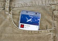 Air Canada app op het cellphonescherm in een jeanszak stock afbeelding