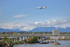 Air Canada approche l'aéroport du ` s YVR de Vancouver Photos stock
