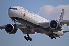 Air Canada Boeing 777 B77W en acercamiento final a Toronto fotografía de archivo libre de regalías