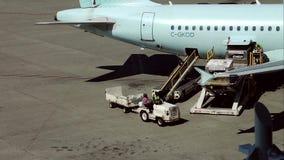 Air Canada-de vliegtuigen treffen aan vlucht voorbereidingen stock videobeelden