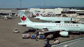 Air Canada-de vliegtuigen treffen aan vlucht voorbereidingen stock footage