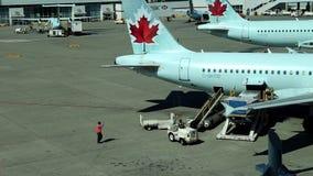 Air Canada-de vliegtuigen zitten geparkeerd bij terminal van luchthaven stock videobeelden