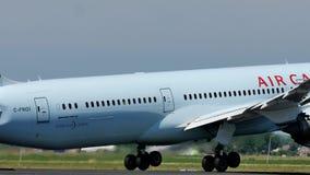 Air Canada echa en chorro sacando del aeropuerto de Schiphol, AMS almacen de metraje de vídeo