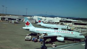 Air Canada-Flugzeuge sitzen geparkt am Anschluss des Flughafens stock video