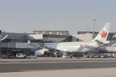 Air Canada flygplan på den Frankfurt flygplatsen Fotografering för Bildbyråer