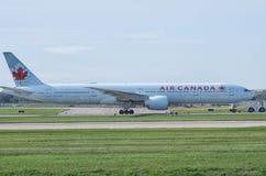 Air Canada hebluje na pasie startowym zdjęcie royalty free