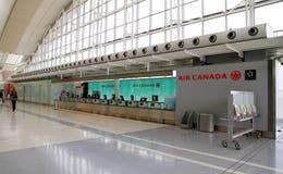 Air Canada incheckning på Toronto Pearson Airport Royaltyfria Bilder