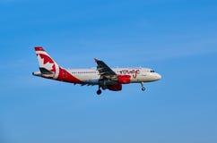 Air Canada-Rouge landend vliegtuig Stock Fotografie