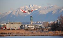 Air Canada sprutar ut sidaVancouver den internationella flygplatsen Fotografering för Bildbyråer