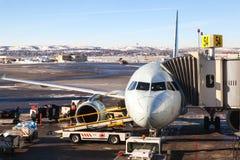 Air Canada surfacent sur le macadam d'aéroport de Calgary Image stock