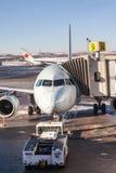Air Canada surfacent sur le macadam d'aéroport de Calgary Photos libres de droits