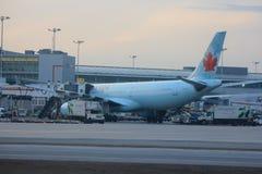 Air Canada-vliegtuig bij de luchthaven van Toronto Stock Fotografie