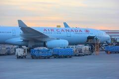 Air Canada-vliegtuig bij de luchthaven van Toronto Stock Foto