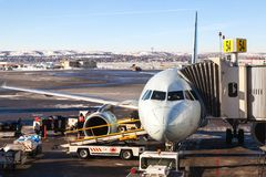 Air Canada-Vliegtuig op de Luchthaventarmac van Calgary stock afbeelding
