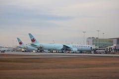 Air Canada-vliegtuigen bij de luchthaven van Toronto Stock Fotografie