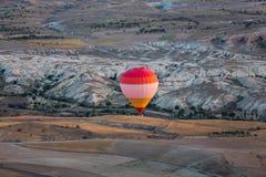 Air chaud Baloon au-dessus de Cappadocia au lever de soleil Photo libre de droits