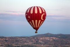 Air chaud Baloon au-dessus de Cappadocia au lever de soleil Photographie stock libre de droits