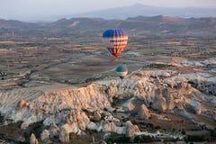 Air chaud Baloon au-dessus de Cappadocia au lever de soleil Images stock