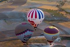 Air chaud Baloon au-dessus de Cappadocia au lever de soleil Photo stock
