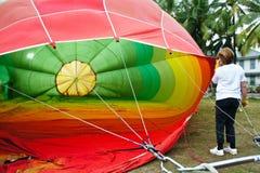 Air chaud de remplissage de femme dans le ballon Photo libre de droits