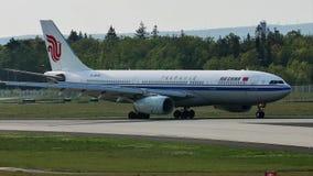Air China acepilla el carreteo en la pista, Francfort, FRA almacen de metraje de vídeo