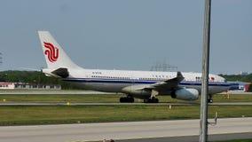 Air China acepilla el carreteo en la pista, Francfort, FRA metrajes