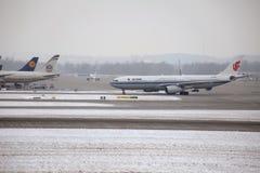 Air China Airbus A330-300 B-5957 dans l'aéroport de Munich, neige Images stock