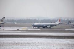 Air China Airbus A330-300 B-5957 dans l'aéroport de Munich, neige Photo libre de droits