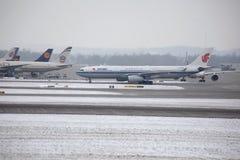 Air China Airbus A330-300 B-5957 dans l'aéroport de Munich, neige Photo stock
