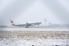 Air China Airbus A330-200 B-6533 na neve Imagem de Stock