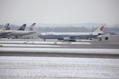 Air China Airbus A330-300 B-5957 no aeroporto de Munich, neve Foto de Stock