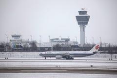 Air China Airbus A330-300 B-5957 que taxiing no aeroporto de Munich, neve Imagens de Stock