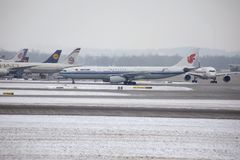 Air China Airbus A330-300 B-5957 que taxiing no aeroporto de Munich, neve Fotografia de Stock Royalty Free