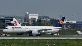 Air China Airbus que lleva en taxi en el aeropuerto de Munich, nieve