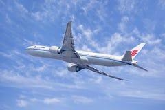 Air China Boeing 777-300, B-2037 nell'aria, Pechino, Cina Fotografia Stock
