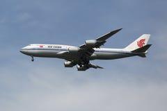 Air China Boeing 747, das für die Landung an internationalem Flughafen JFK in New York absteigt Lizenzfreies Stockfoto
